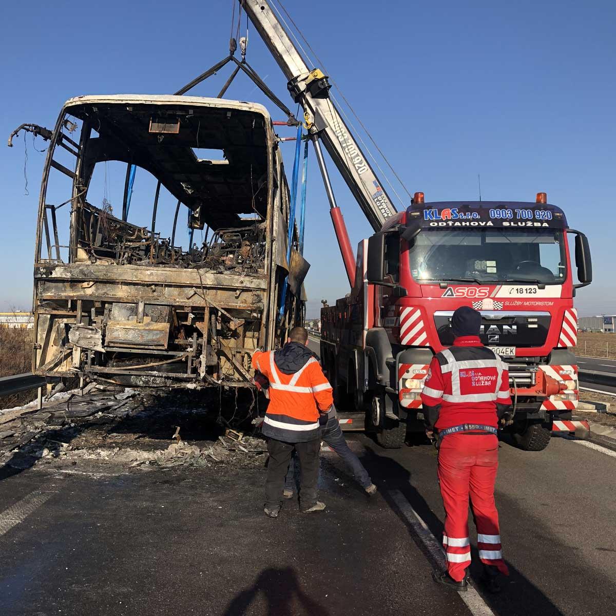 Odťah-zhoreného-autobusu-na-R1